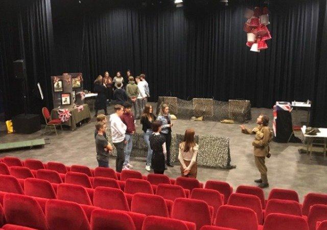 Leerlingen Merletcollege verruilen leslokaal voor theaterzaal